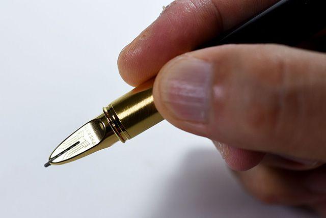 「ペン先は万年筆に似ている」