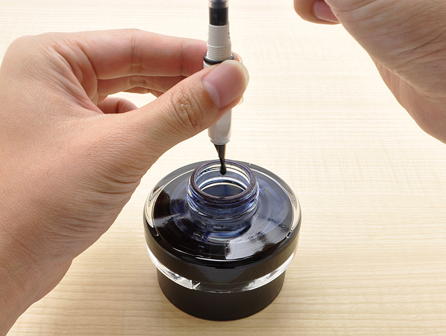 インクを2、3滴ビンに戻す